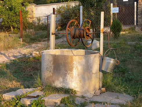 Обший вид на колодец в селе Резервное
